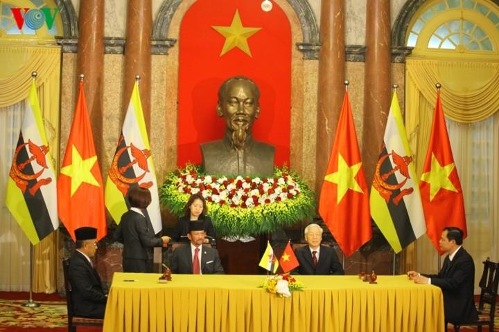 ผู้นำเวียดนามพบปะเจรจากับกษัตริย์แห่งบรูไน ณ กรุงฮานอย - ảnh 2