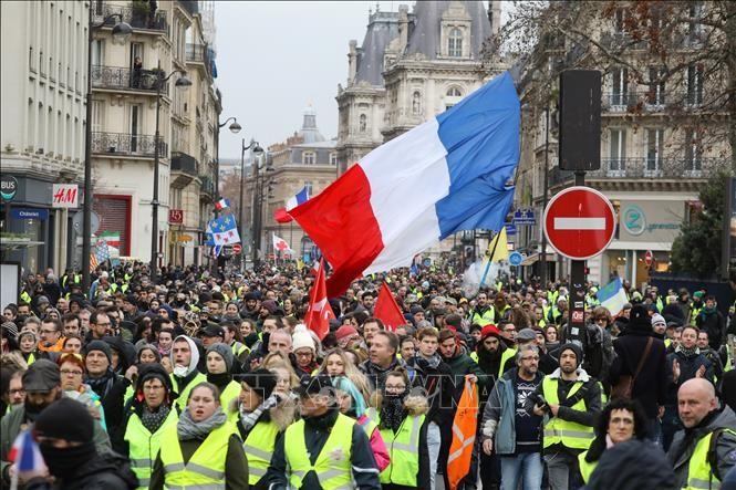 """ฝรั่งเศส -  ผู้ชุมนุม """"เสื้อกั๊กเหลือง"""" หลายพันคนยังคงเดินขบวนประท้วง  - ảnh 1"""