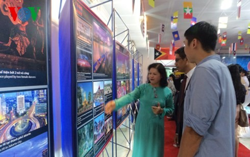 "Exhibit ""ASEAN – 48 years of peace and development"" opens - ảnh 1"