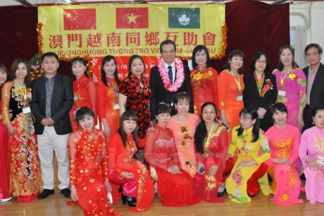 越南驻中国大使邓明魁探望旅华越南人 - ảnh 1