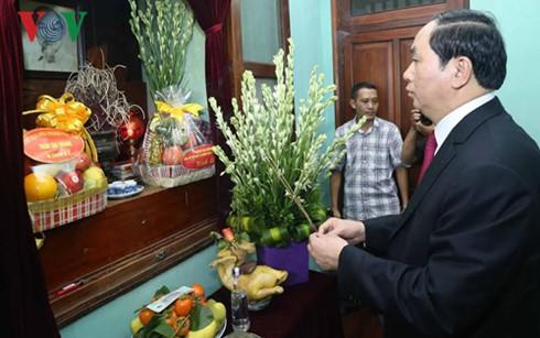 越南国家主席陈大光上香缅怀胡志明主席 - ảnh 1