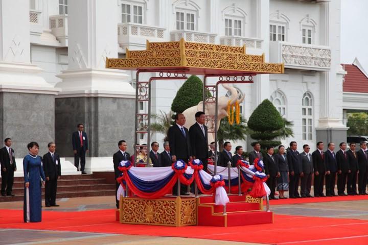 越南政府总理阮春福与老挝总理通伦举行会谈 - ảnh 1
