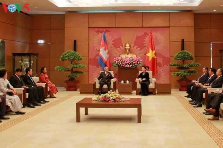 越南国会主席阮氏金银会见柬埔寨参议院代表团 - ảnh 1