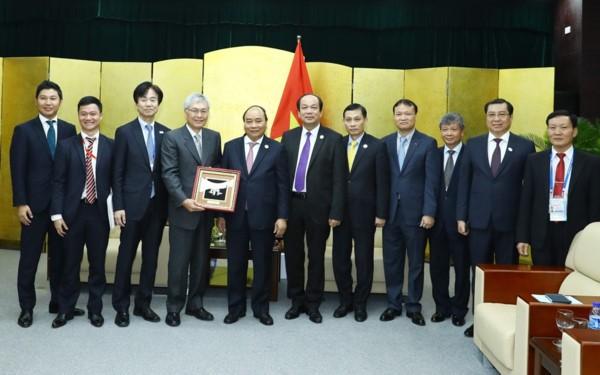 阮春福会见出席APEC会议的大型集团领导人 - ảnh 1