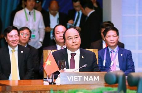 阮春福与出席第31届东盟峰会的伙伴方出席东盟峰会系列会议 - ảnh 1