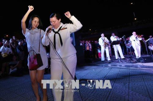 美国海军乐队与越南艺人举行交流表演活动 - ảnh 1