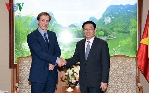 越南政府副总理王庭惠会见世界经济论坛亚太区主管贾斯汀·伍德 - ảnh 1