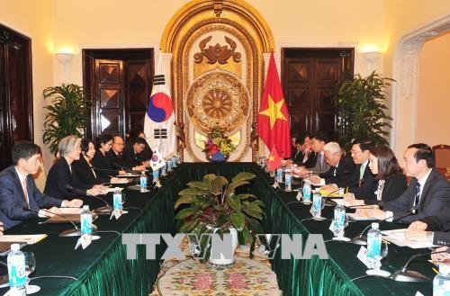 越南政府副总理兼外长范平明与韩国外交部长官康京和举行会谈 - ảnh 1