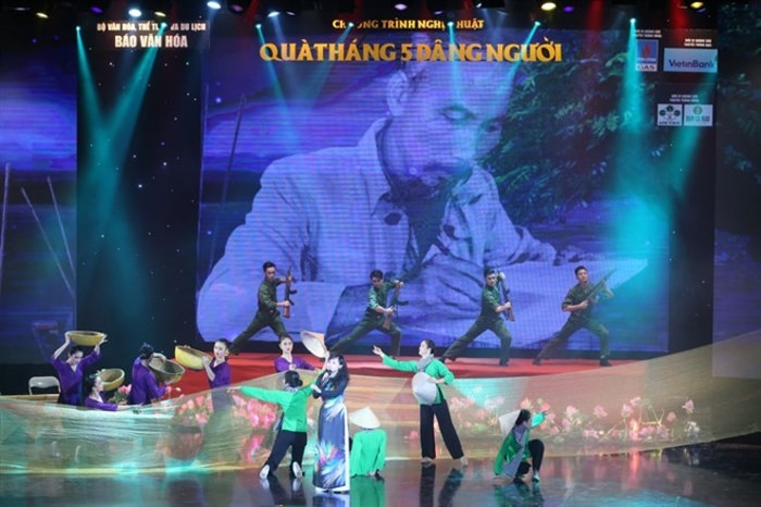 纪念胡志明主席诞辰128周年音乐晚会在河内举行 - ảnh 1