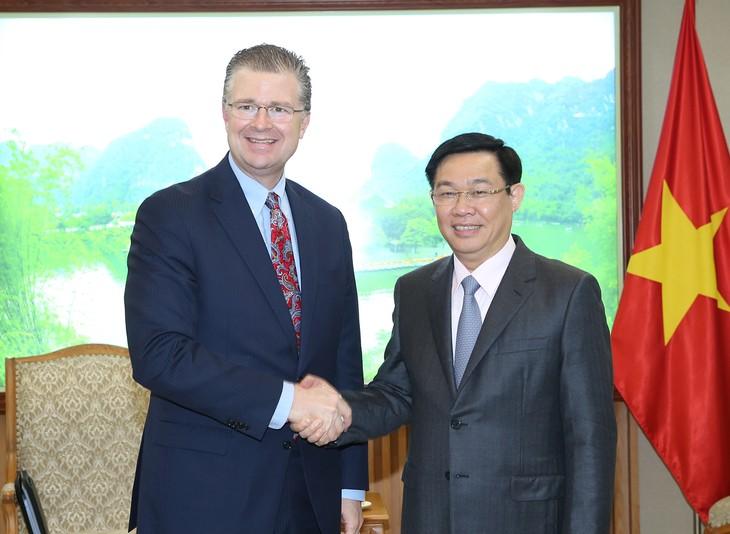 越南政府副总理王庭惠会见美国和巴西驻越大使 - ảnh 1