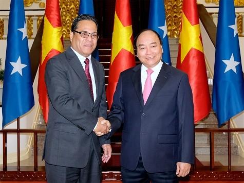 越南政府总理阮春福会见密克罗尼西亚联邦国会议长韦斯利·西米纳 - ảnh 1