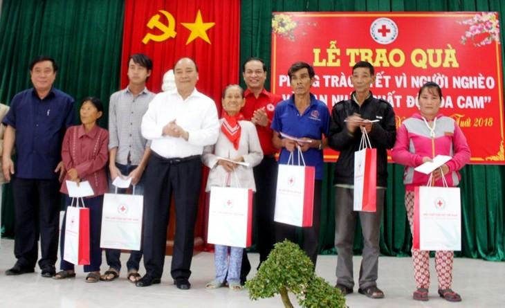 """阮春福向越南红十字会""""为贫困者和橙剂受害者过好年""""运动表示赞赏 - ảnh 1"""