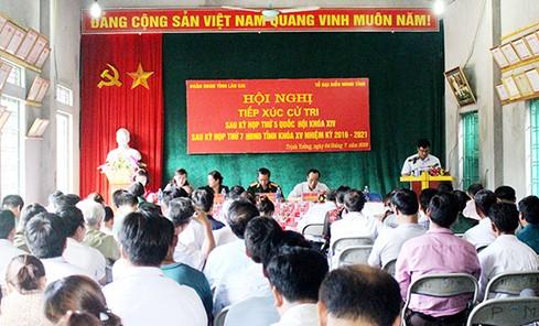 越南国会副主席杜伯巳与老街省巴刹县选民进行接触 - ảnh 1