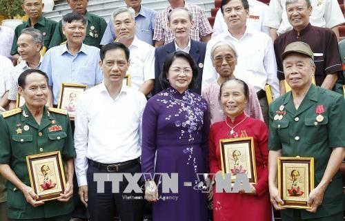 越南国家副主席邓氏玉盛会见南定省为国立功者代表团 - ảnh 1