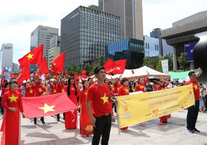 旅外越南人纷纷举行活动 庆祝8月革命和9·2国庆73周年 - ảnh 1