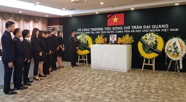 越南驻中国上海总领事馆和越南驻波兰大使馆举行陈大光主席吊唁仪式 - ảnh 1