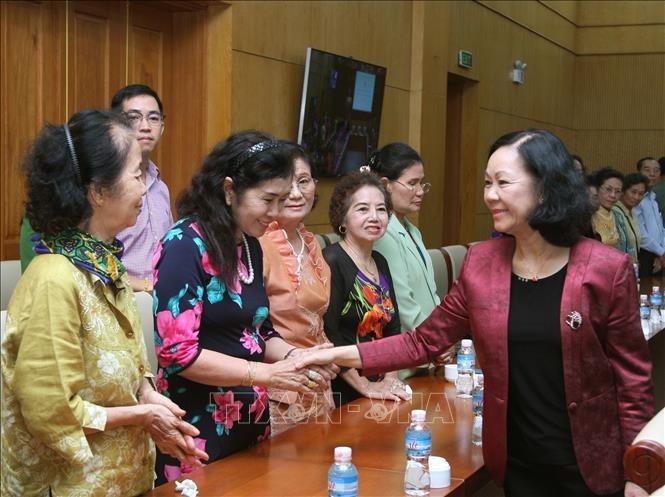 越共中央民运部部长张氏梅会见旅居泰国越南老教师代表团 - ảnh 1