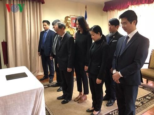 越南驻外代表机构举行原越共中央总书记杜梅吊唁仪式并设置吊唁簿 - ảnh 1