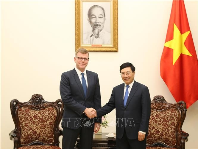 越南政府副总理兼外长范平明会见亚洲开发银行副行长史蒂芬. 格罗夫 - ảnh 1