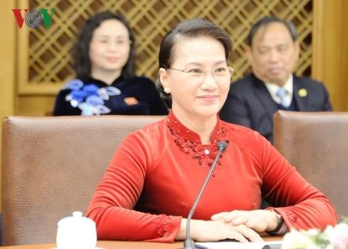 越南国会主席阮氏金银会见韩国总统文在寅 - ảnh 1