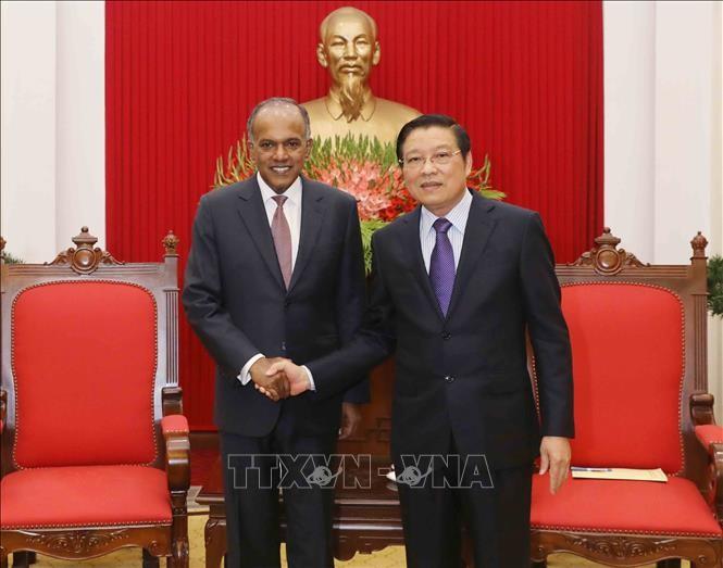 越共中央内政部部长潘庭镯会见新加坡内政部长兼律政部长尚穆根 - ảnh 1