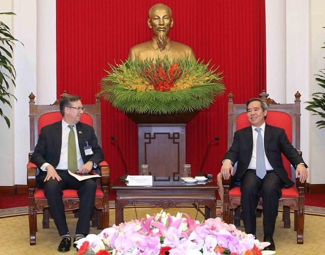 越共中央经济部部长阮文平会见美国东盟商务理事会代表团 - ảnh 1