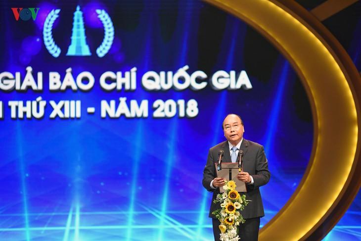 阮春福出席2018年国家新闻奖颁奖仪式 - ảnh 1