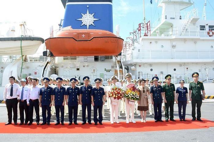 岘港市领导人会见日本海上自卫队小岛级训练舰官兵 - ảnh 1