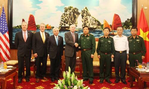 Verteidigungsminister Phung Quang Thanh empfängt US-Senatoren - ảnh 1