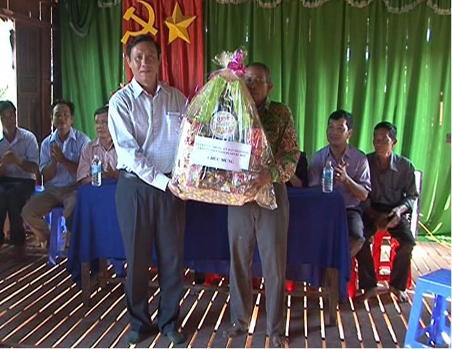 Mitglieder des Verwaltungsstabs für den Südwesten bringen den Khmer zum Fest Sene Dolta Geschenke - ảnh 1