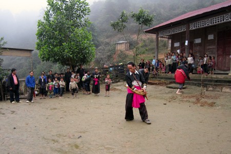 Verschiedene Volksgruppen in Vietnam feiern Tetfest - ảnh 1