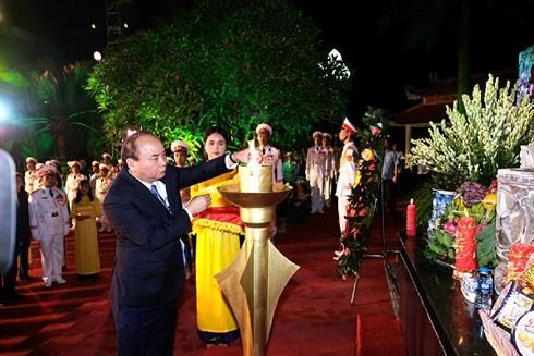 Premierminister Nguyen Xuan Phuc zündet Räucherstäbchen zu Ehren der gefallenen Soldaten in Hanoi an - ảnh 1