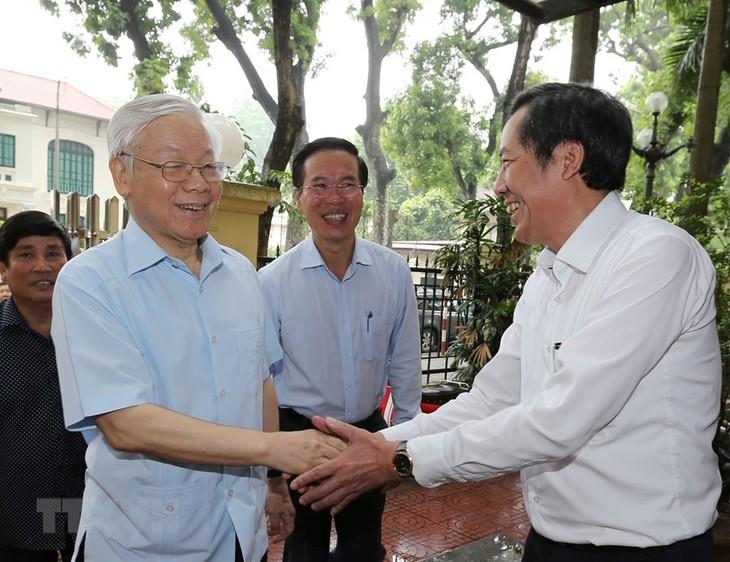 KPV-Generalsekretär Nguyen Phu Trong besucht Abteilung für Information und Erziehung der Partei - ảnh 1