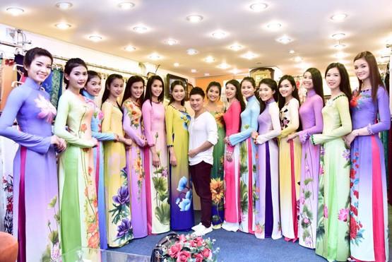 Vietnamesische Modeschöpfer bringen traditionelle Trachten Ao dai auf der Welt - ảnh 1