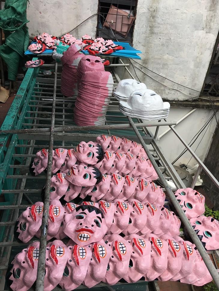 Letzte Familie in Hanoi, die Masken aus Boi-Papieren herstellt - ảnh 11