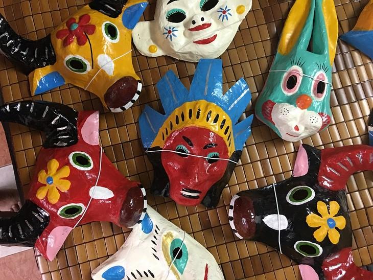 Letzte Familie in Hanoi, die Masken aus Boi-Papieren herstellt - ảnh 13