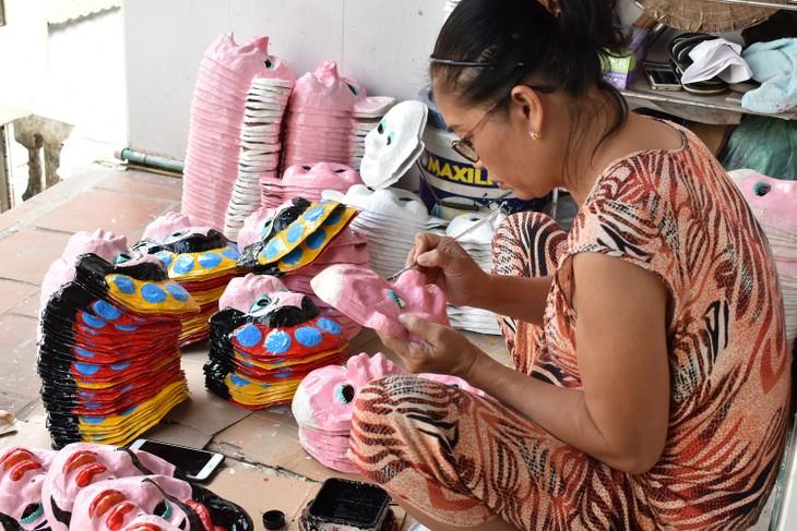 Letzte Familie in Hanoi, die Masken aus Boi-Papieren herstellt - ảnh 1