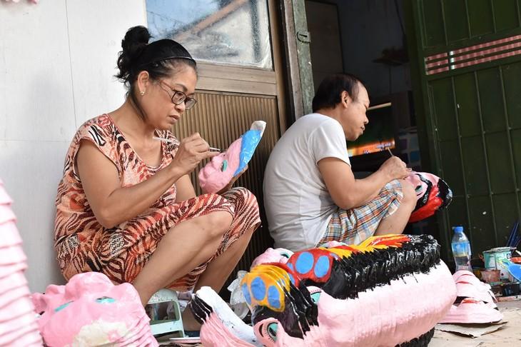 Letzte Familie in Hanoi, die Masken aus Boi-Papieren herstellt - ảnh 2