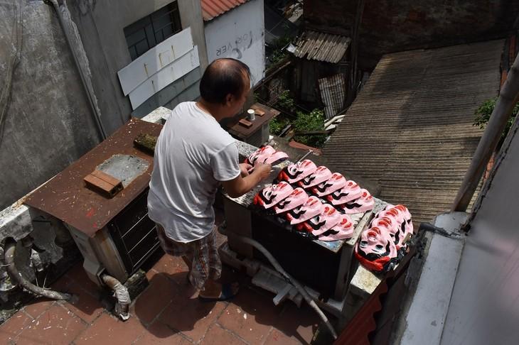 Letzte Familie in Hanoi, die Masken aus Boi-Papieren herstellt - ảnh 10