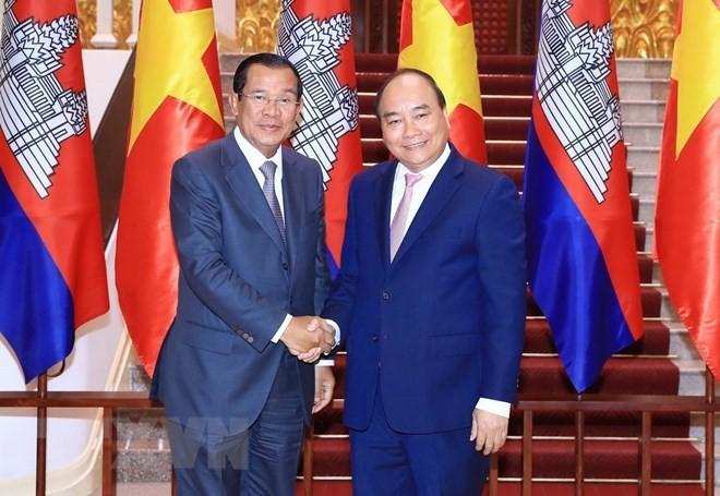 Premierminister Nguyen Xuan Phuc trifft kambodschanischen Amtskollegen Hun Sen - ảnh 1