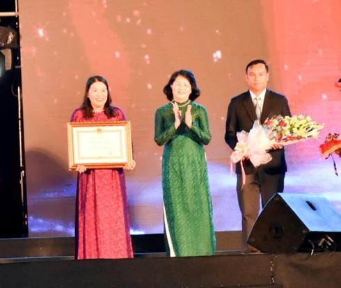 Vizestaatspräsidentin nimmt an Feier des 40. Jahrestages der Anerkennung Con Daos als Sondergedenkstätte teil - ảnh 1