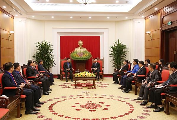 Leiter der Abteilung für Information und Erziehung der Partei empfängt Delegation von Jugendlichen aus Laos - ảnh 1