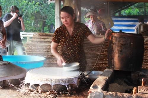 Herstellung von Hu Tieu auf dem schwimmenden Markt Cai Rang in Südvietnam - ảnh 1