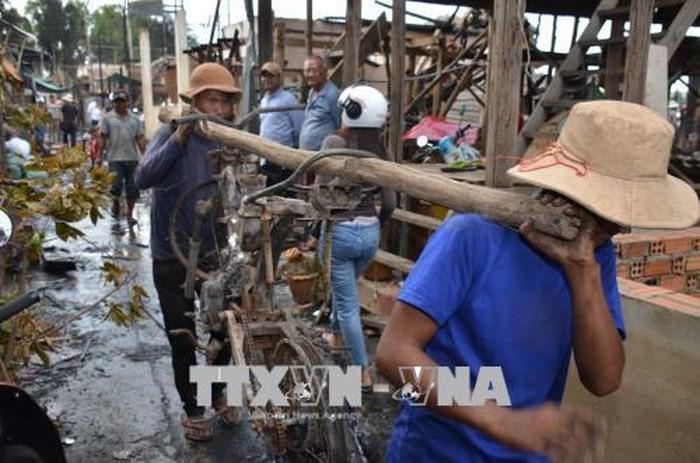 재 캄보디아 베트남 대사관 및 교민사회,  프놈펜 수도에서 화재 후 교민들과 함께 어려움 나누어 - ảnh 1