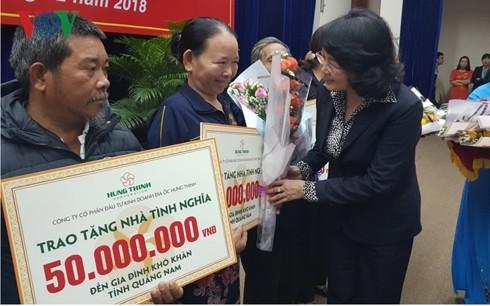 Dang Thi Ngoc Thinh 부주석; 중쭉에거 가난한 가촉들에게 500개의 정의의집 수여 - ảnh 1