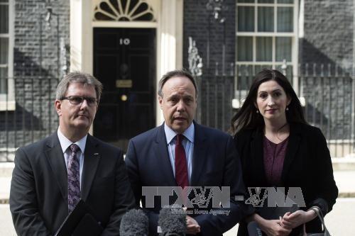 Encuentran obstáculos en negociaciones de formación de gobierno en Reino Unido - ảnh 1