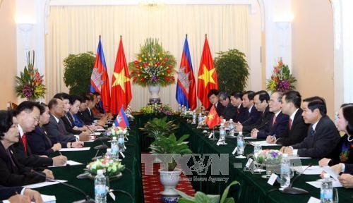 Dirigentes vietnamitas y camboyanos intercambian felicitaciones - ảnh 1