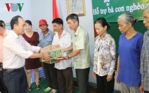 Entregan regalos a los vietnamitas en condiciones difíciles en Camboya - ảnh 1