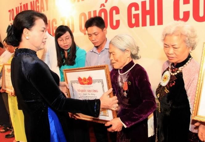 Entregan Títulos de Reconocimiento de Méritos a familias de unos 500 mártires vietnamitas  - ảnh 1