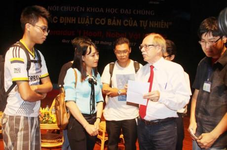 Premio Nobel de Física dialoga con estudiantes vietnamitas - ảnh 1